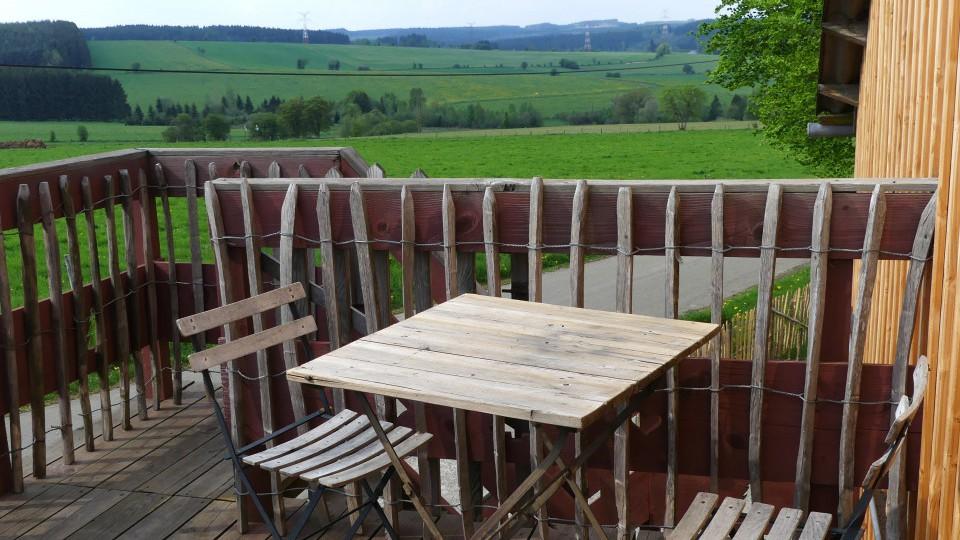 Une table sur une terasse