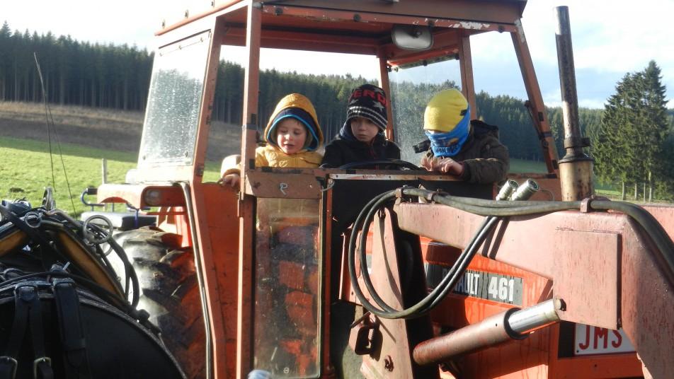 trois enfants dans un tracteur