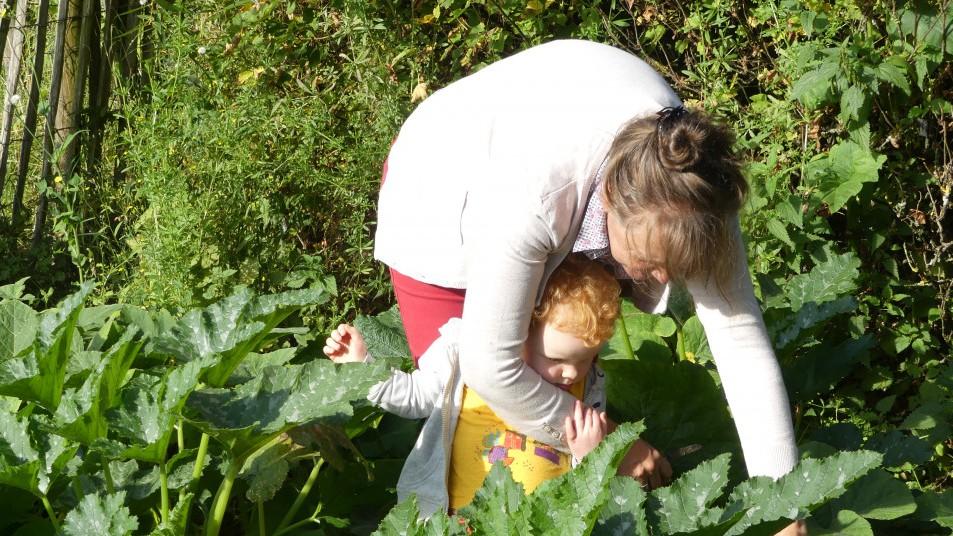 une femme et un enfant dans le potager