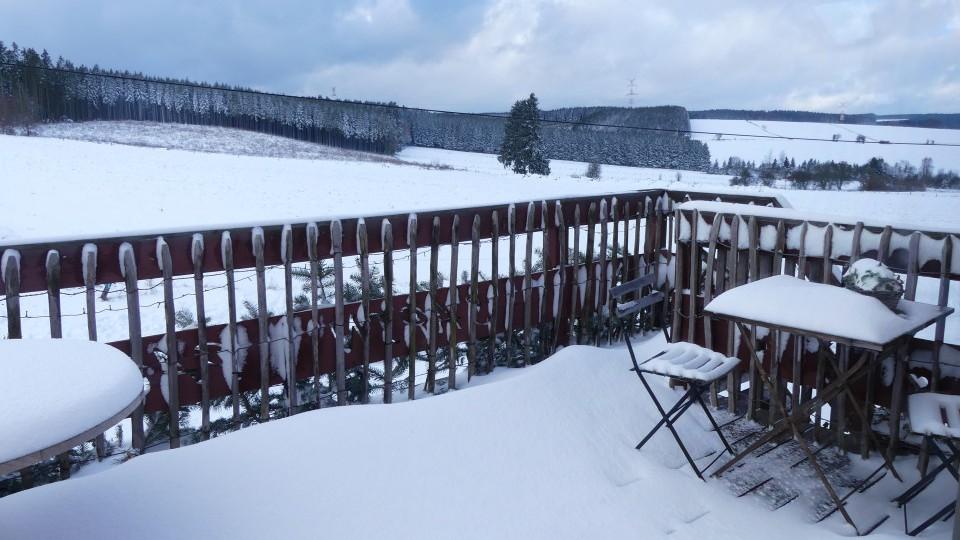 La terrasse du gîte sous la neige